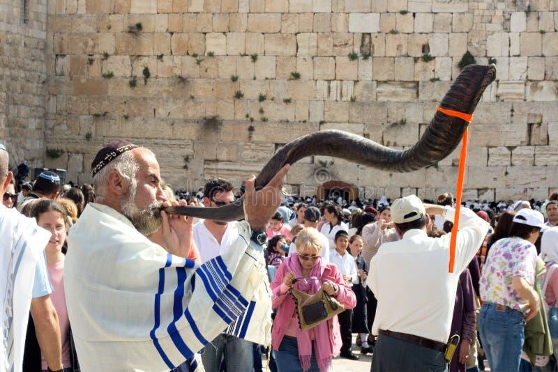 Él celebración judía de Pesach en la pared que se lamenta foto de archivo