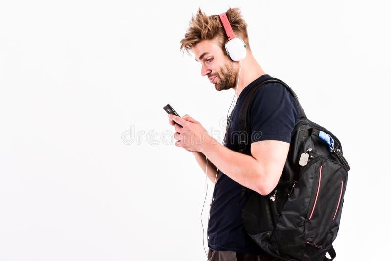 Él es ACEPTABLE con tecnología Jugador Mp3 [1] hombre muscular atractivo escuchar música en reproductor Mp3 del teléfono hombre c imagenes de archivo