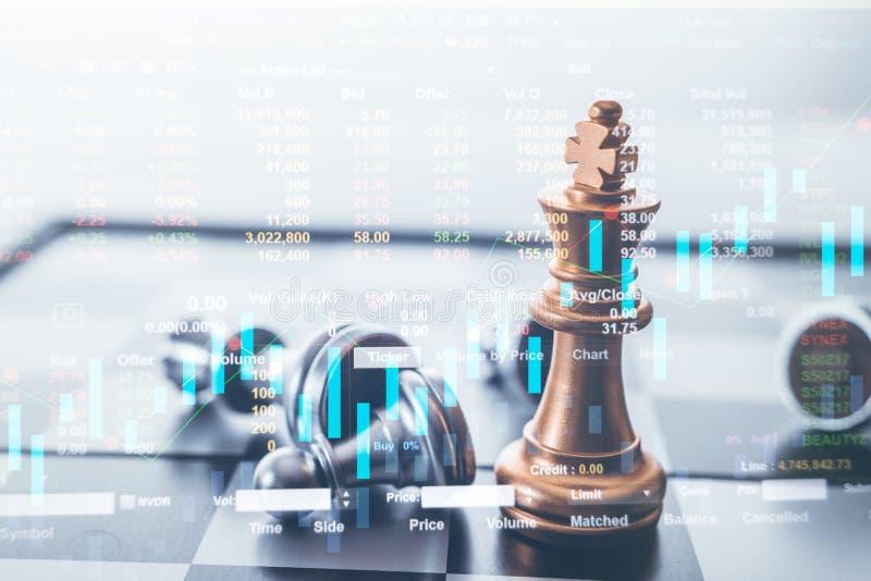 Él pedazo de ajedrez del rey con ajedrez otros cerca va abajo del concepto flotante del juego de mesa de ideas del negocio foto de archivo