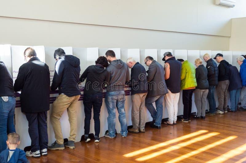 Électeurs à l'isoloir dans l'élection 2016 fédérale australienne photographie stock libre de droits
