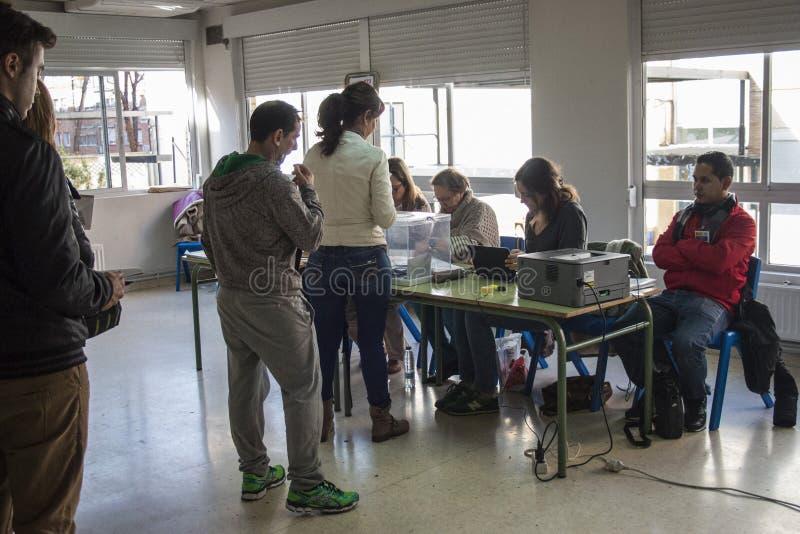 Électeurs faisant la queue au collège électoral au jour d'élection générale espagnol à Madrid, Espagne image stock