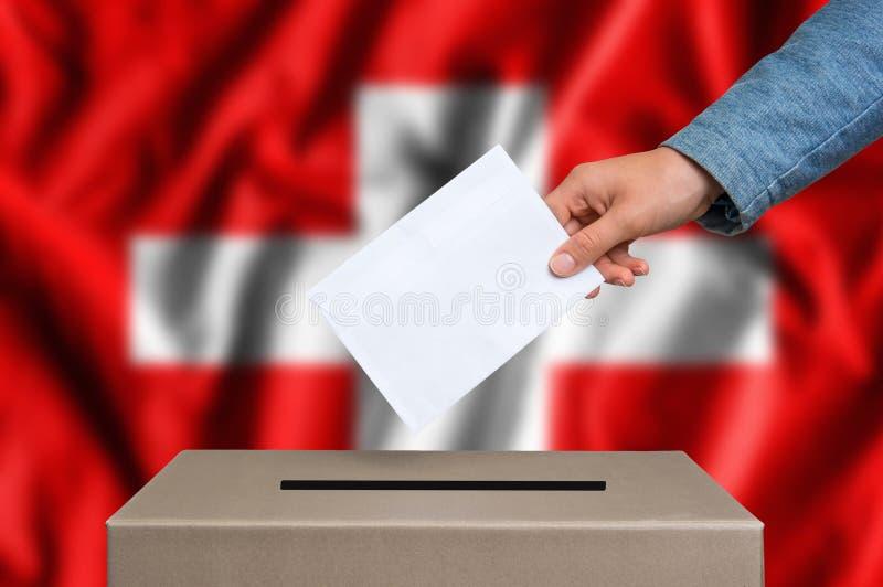Élection en Suisse - votant à l'urne  image libre de droits