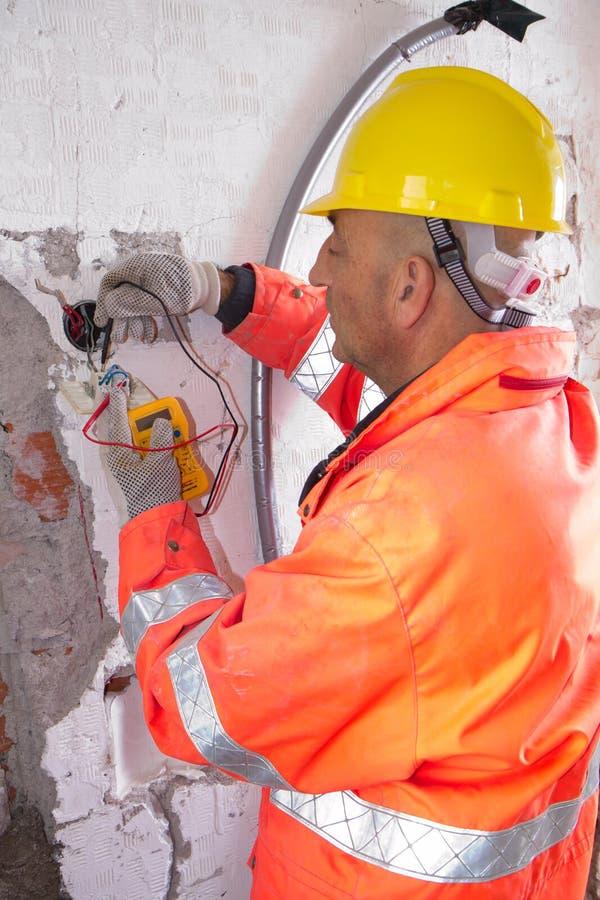 Électricien au travail photo libre de droits