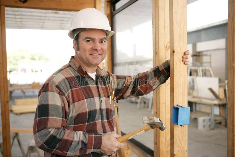 Électricien de construction installant le cadre images libres de droits