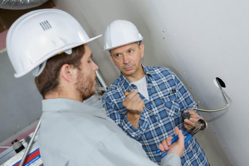 Électricien de stagiaire sur le chantier photo libre de droits