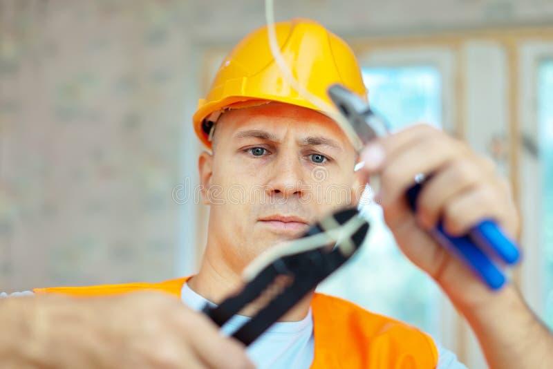 Électricien installant l'électricité photographie stock
