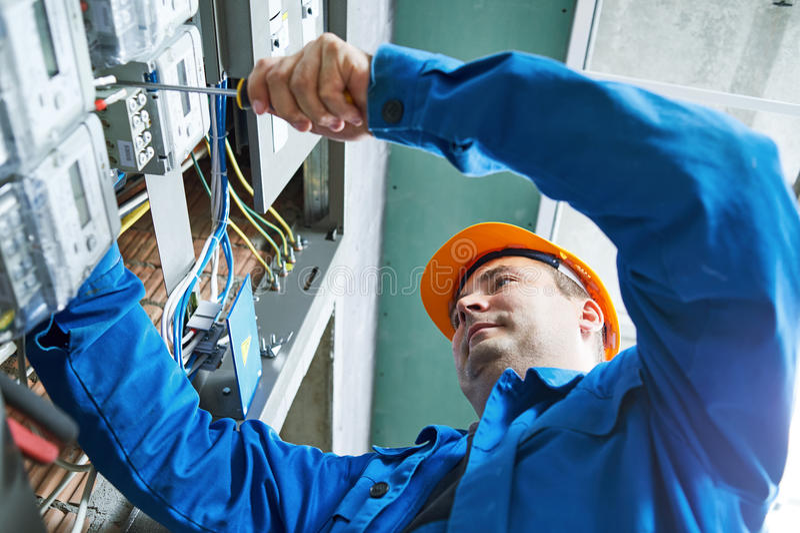 Électricien installant le mètre économiseur d'énergie photographie stock