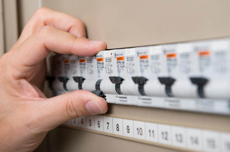 Électricien Testing The Switchboard images libres de droits