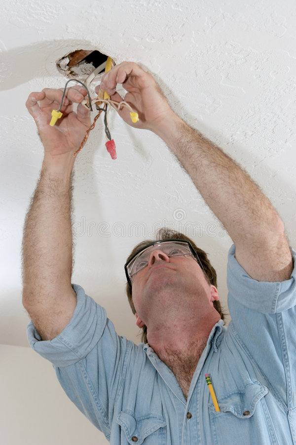 Électricien tirant le fil images stock