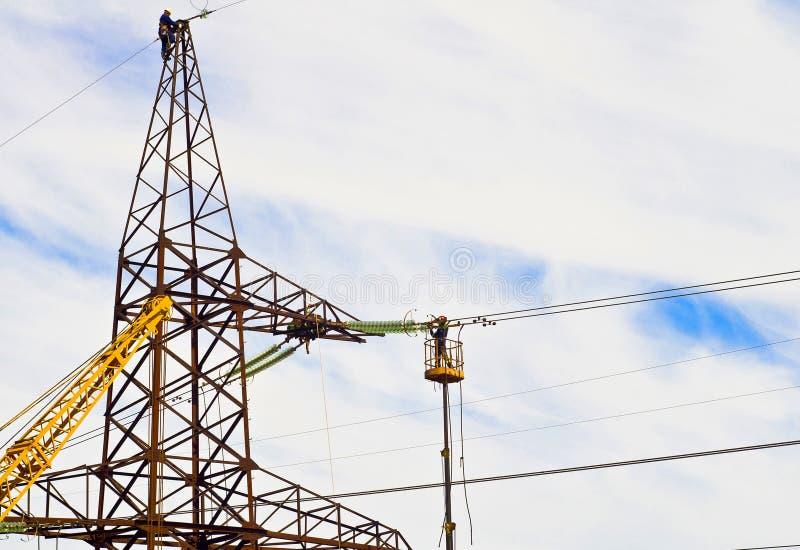 Électriciens dans le travail à haute altitude images libres de droits