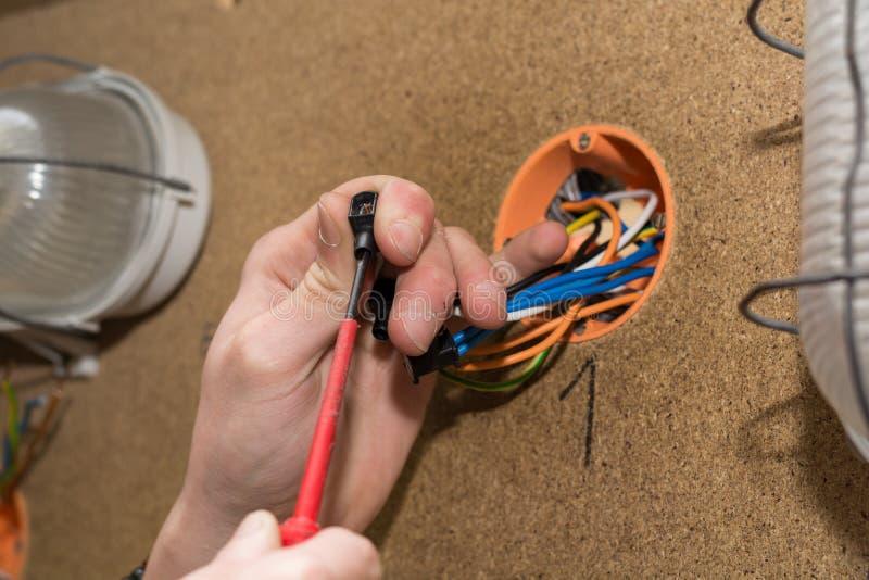 Électriciens vissés sur le terminal image libre de droits