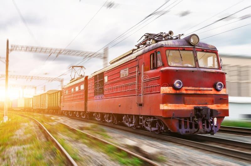 Électrique locomotif rouge avec un train de fret à la grande vitesse monte par chemin de fer image libre de droits