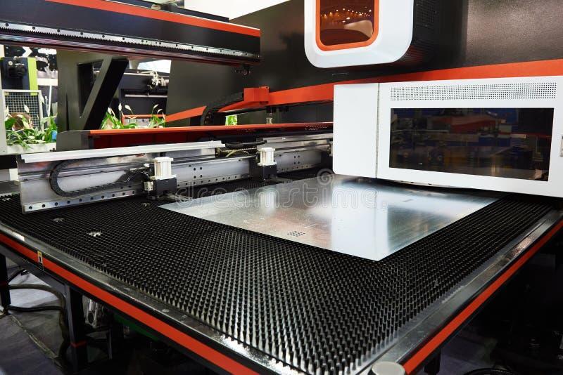 Électro coordonnée et commande numérique par ordinateur mécaniques de presse de poinçon de tourelle image libre de droits