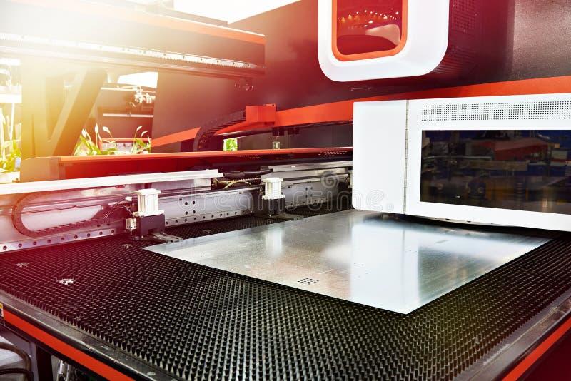 Électro coordonnée et commande numérique par ordinateur mécaniques de presse de poinçon de tourelle image stock