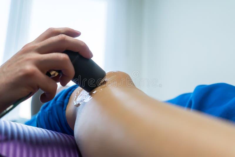Électro stimulation employée pour traiter la douleur photo stock