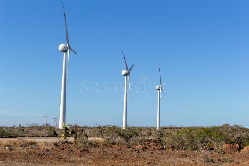 Élites d'énergie éolienne dans un endroit aride au-dessus d'un ciel bleu photographie stock libre de droits