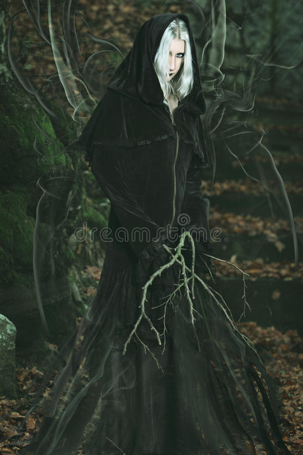 Émanation des puissances d'obscurité d'une sorcière de forêt photographie stock