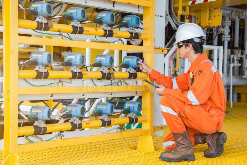 Émetteur électrique et d'instrument de site de service de la température sur la plate-forme de tête de puits de pétrole marin et  photo libre de droits