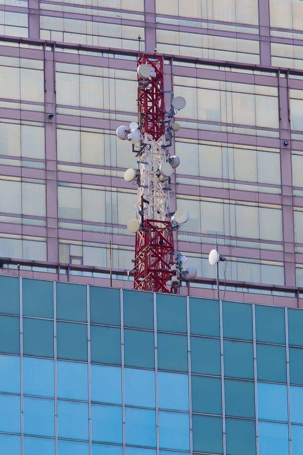 Émetteur de télécom sur le toit de bâtiment photo stock
