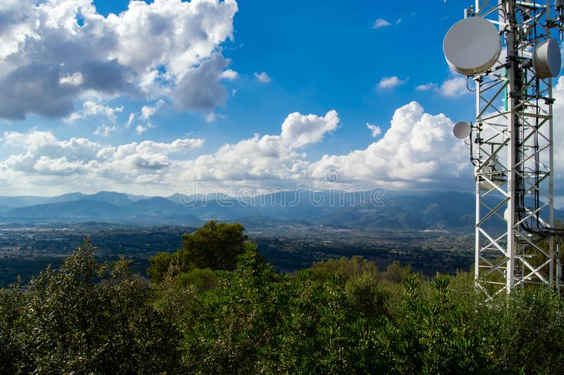 Émetteur de téléphone portable dans les montagnes images stock
