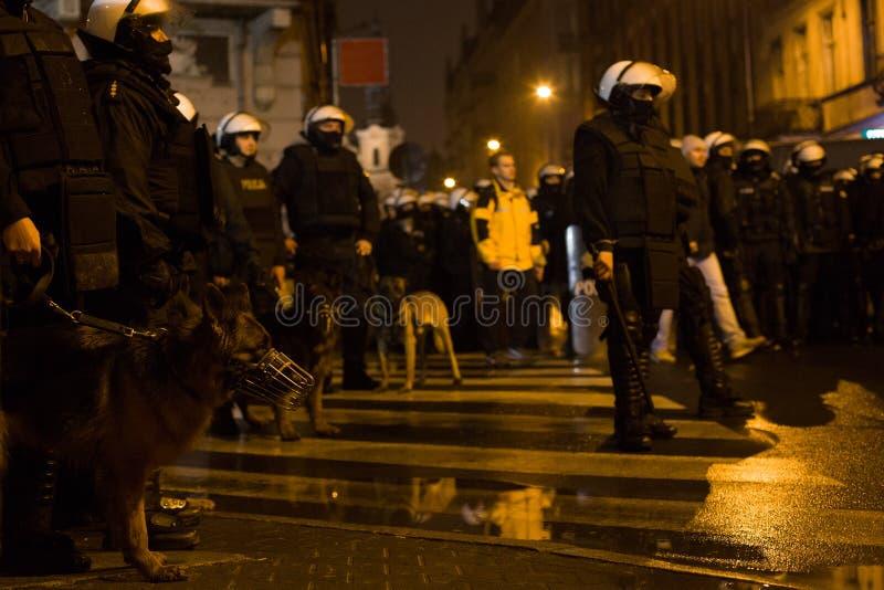 Émeutes de rue, chiens policiers - Pologne photographie stock