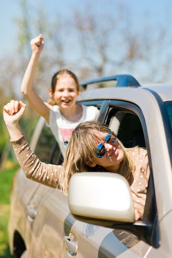 Émeutiers derrière la roue - voyous féminins dans la voiture photographie stock