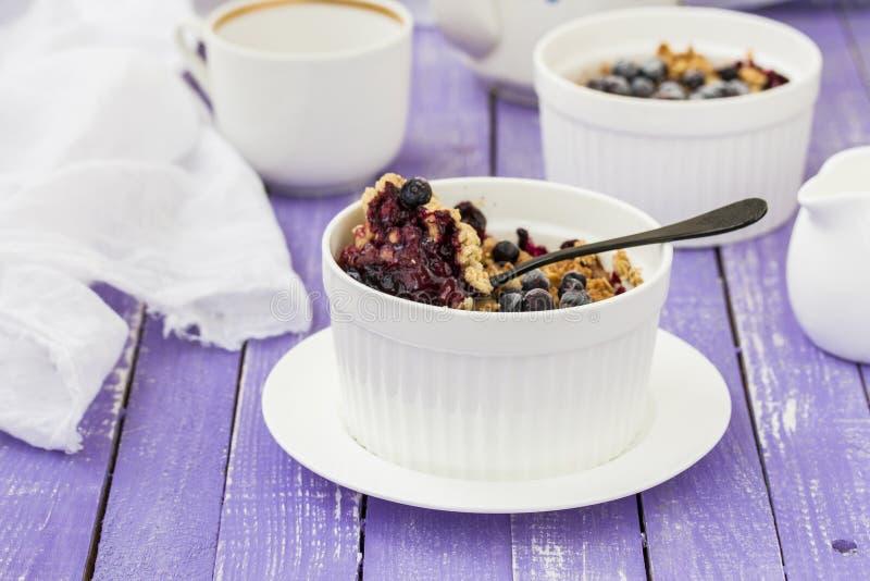 Émiettez-vous le gâteau avec la rhubarbe dans un plat de cuisson image libre de droits