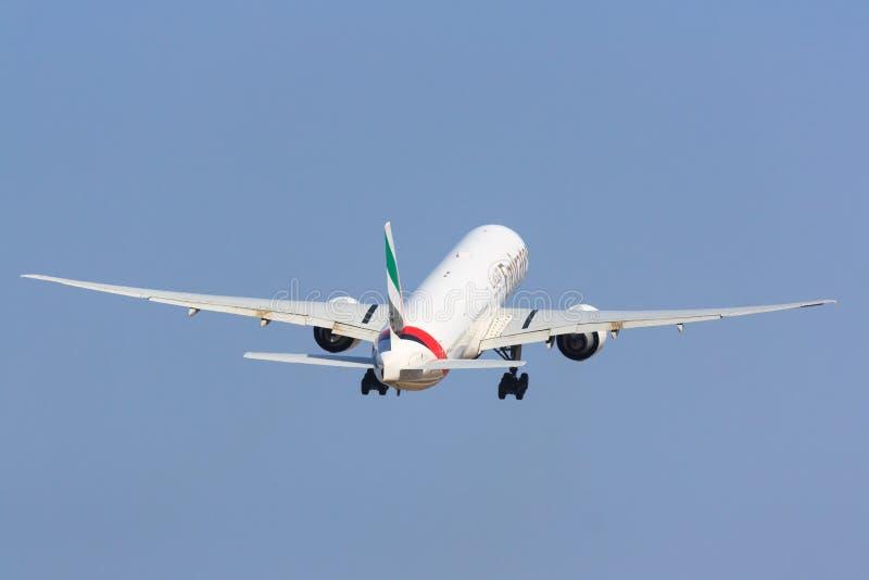 Émirats Boeing 777-300 décollant photos stock