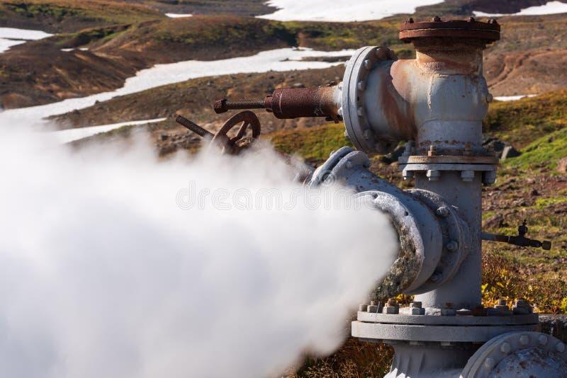 Émission de l'eau géothermique minérale, vapeur de puits géologique photos stock