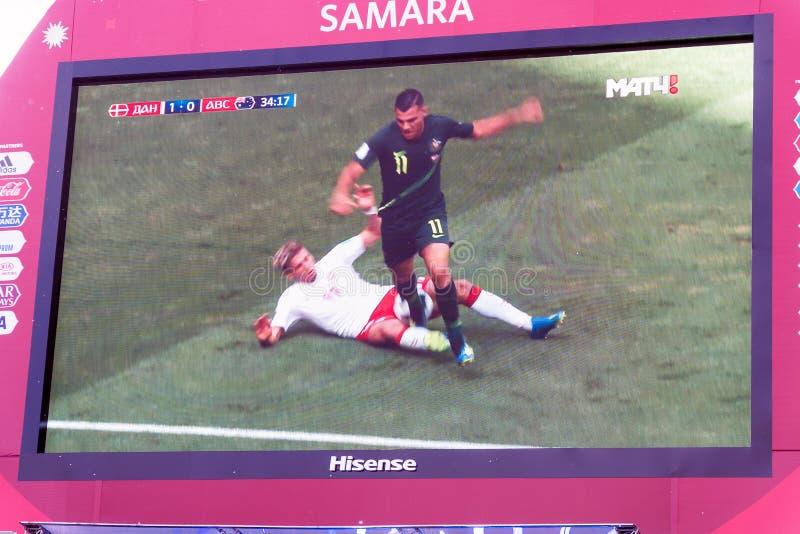 Émission de la Danemark-Australie de match sur l'écran dans la zone de fan de la coupe du monde 2018 photo libre de droits