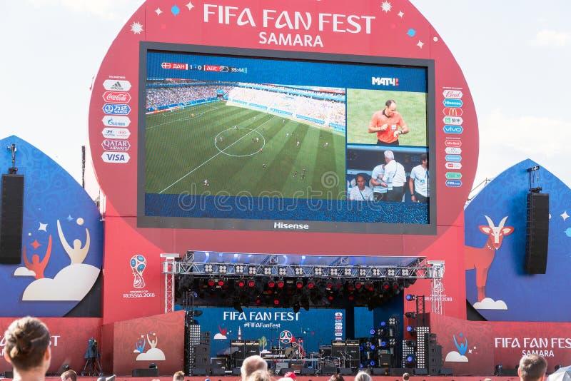 Émission de la Danemark-Australie de match sur l'écran dans la zone de fan de la coupe du monde 2018 image libre de droits