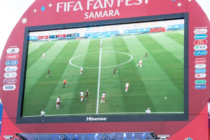 Émission de la Danemark-Australie de match sur l'écran dans la zone de fan de la coupe du monde 2018 photo stock