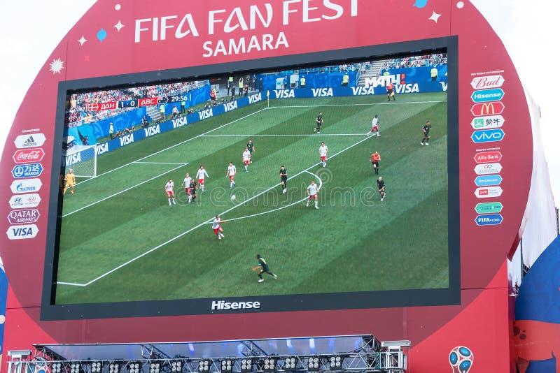 Émission de la Danemark-Australie de match sur l'écran dans la zone de fan de la coupe du monde 2018 photos libres de droits