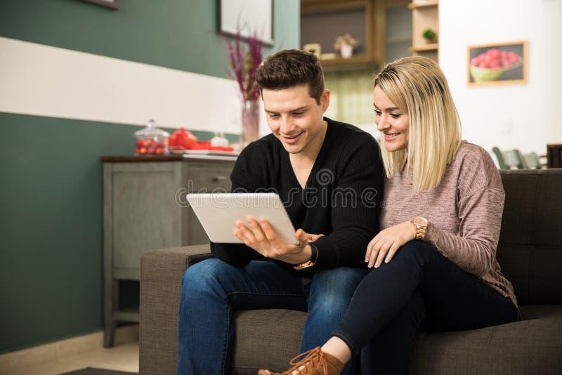 Émission de TV de observation de couples sur un comprimé image stock