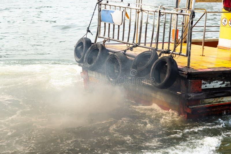 Émissions des vapeurs du bateau en rivière image libre de droits