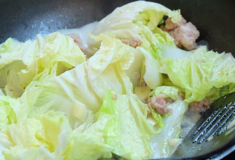 Émoi délicieux Fried Chinese Cabbage avec le poulet photos stock