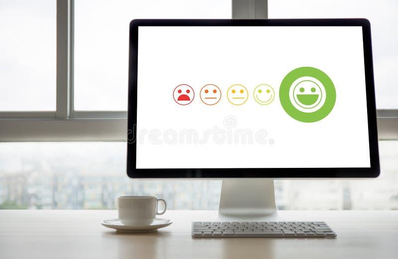 émoticône souriante de visage de pressing la cible Busine de service client photos libres de droits