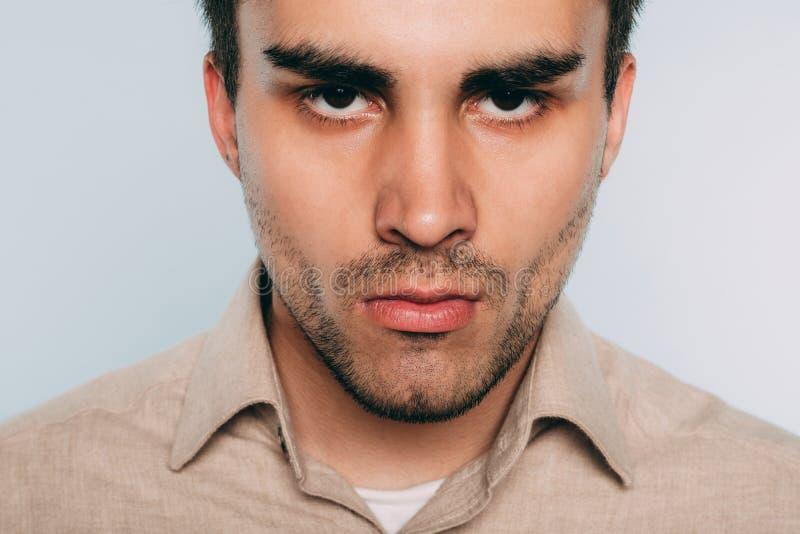 Émotion de intimidation menaçante de manque de respect d'homme photo stock