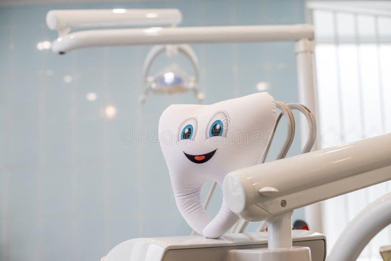 Émotion de sourire de dents avec l'outil dentaire de miroir d'isolement sur le fond bleu, avec les dents de chemin de coupure et  photos libres de droits