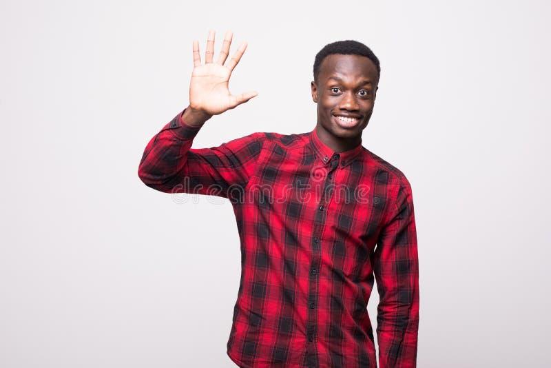 Émotions, expressions du visage, sentiments, attitude et réaction humains positifs jeune homme poli à l'air amical s d'Afro-améri photos stock