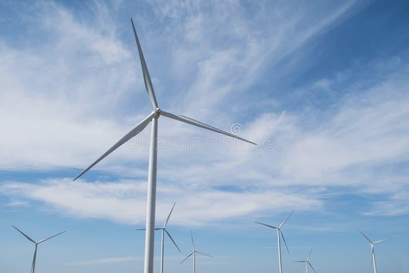 Énergie éolienne sur la montagne image stock