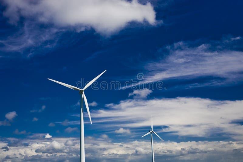 Énergie éolienne sur le ciel nuageux bleu images libres de droits