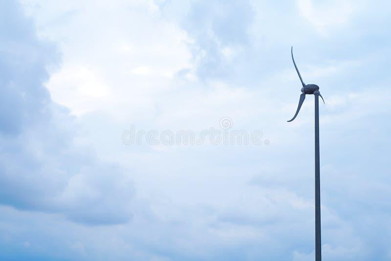 Énergie environnementale éolienne de ciel bleu de turbine de vent de puissance de l'électricité images stock