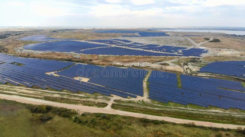 Énergie renouvelable Bourdons de vol de vue aérienne au-dessus d'une énergie solaire s photos stock