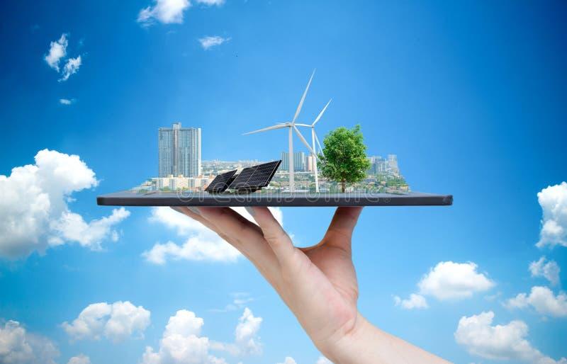 Énergie solaire écologique de système dans la ville sur l'exploitation de main photo stock