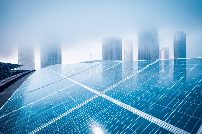 Énergie solaire de toit avec le bâtiment moderne image libre de droits