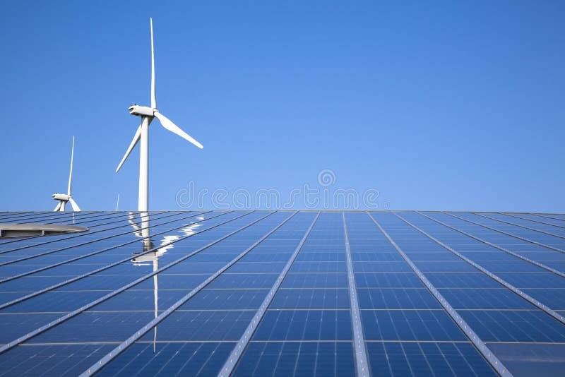 Énergie solaire et éolienne photographie stock libre de droits