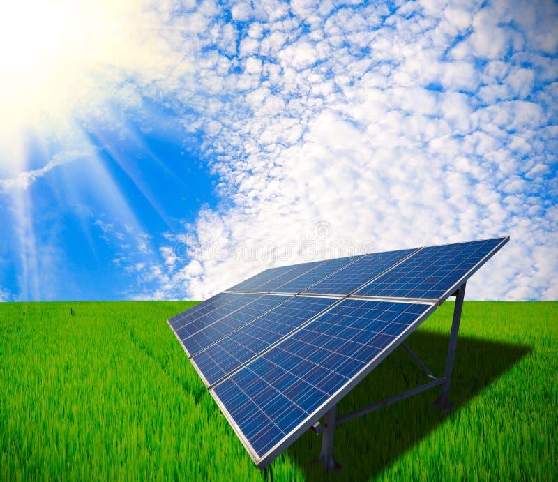 Énergie solaire pour le développement durable du pré vert photos stock