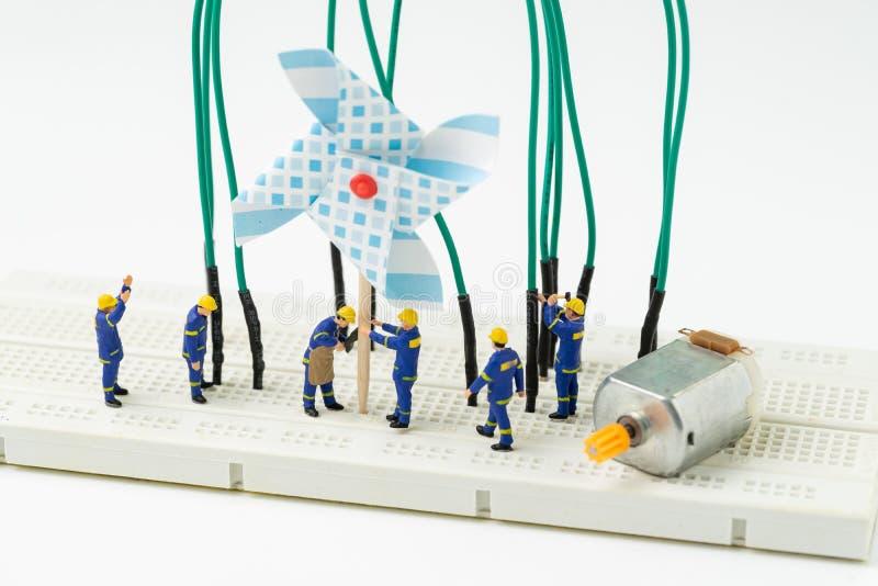 Énergie viable, concept propre alternatif de puissance d'eco, générateur de construction de l'électricité de moulin à vent de per photo libre de droits