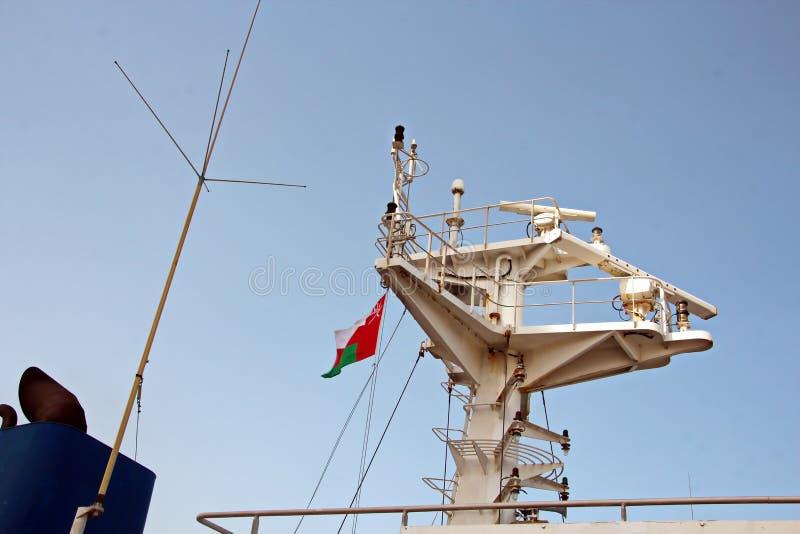 Énoncez les drapeaux augmentés sur le mât d'un navire marchand dans les ports d'escale photos libres de droits
